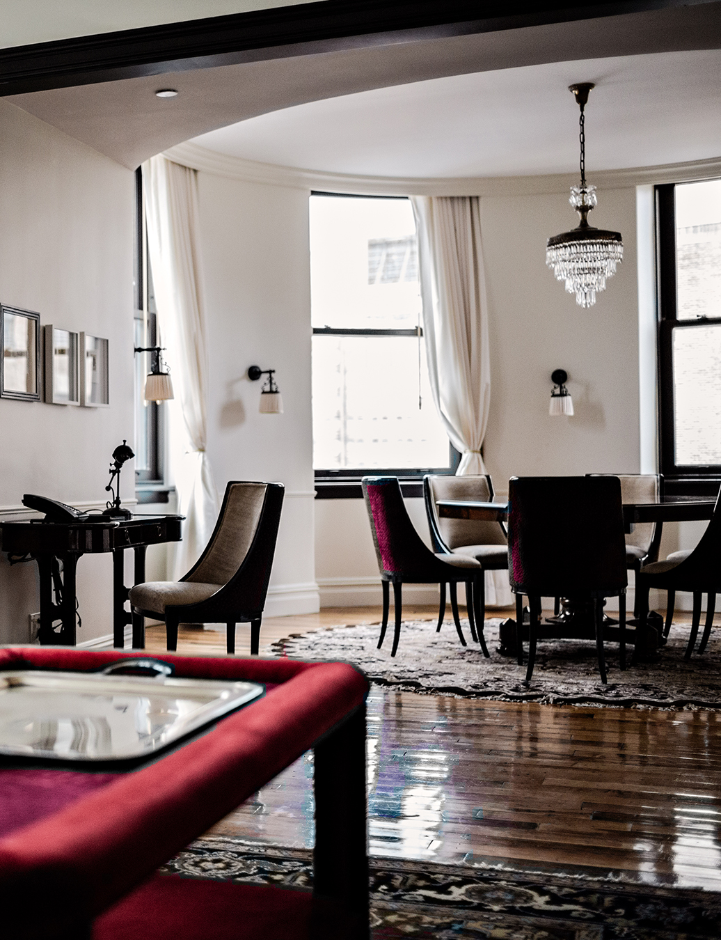 Suite with table, desk, velvet table and velvet chairs.